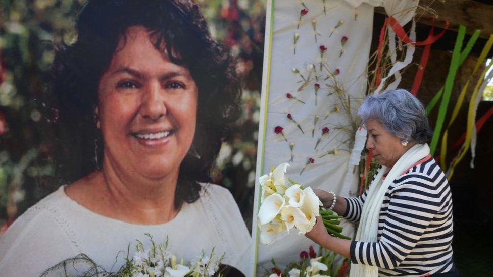 Una mujer rinde tributo a Berca Cáceres.