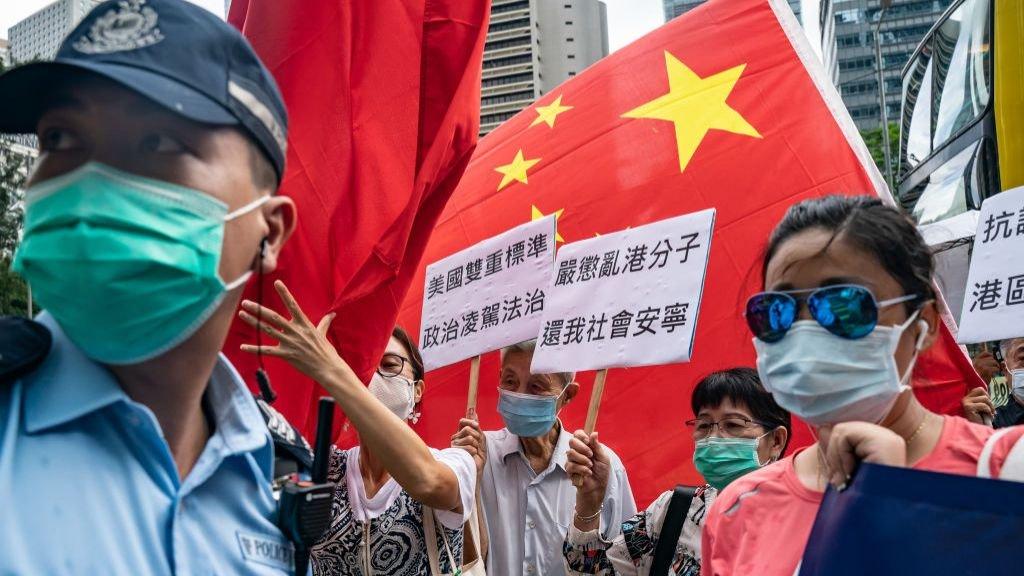 6月26日,北京支持者在美國駐香港總領事館高舉中國國旗和標語牌。