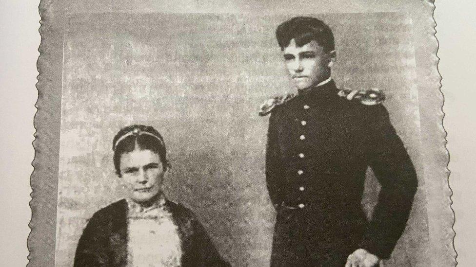 Mladi Svetomir Đukić sa majkom