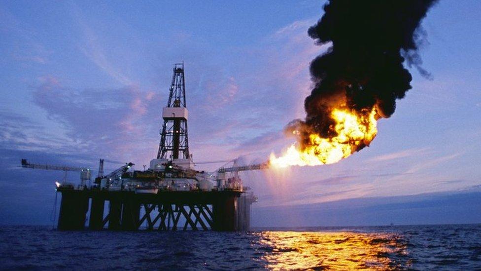 Una plataforma de exploración de petróleo en alta mar, en el sector escocés del Mar del Norte, quema petróleo y gas natural que acaba de explotar
