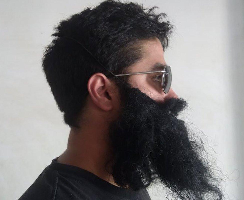 拉斐爾在社交網站專頁上的照片大多戴著墨鏡和假鬍子。