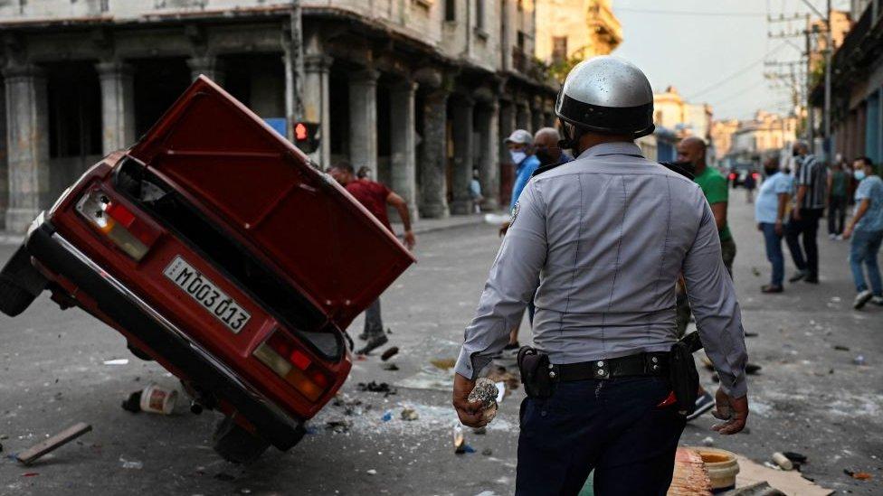 Un automóvil volcado en La Habana, Cuba, el pasado 13 de julio.