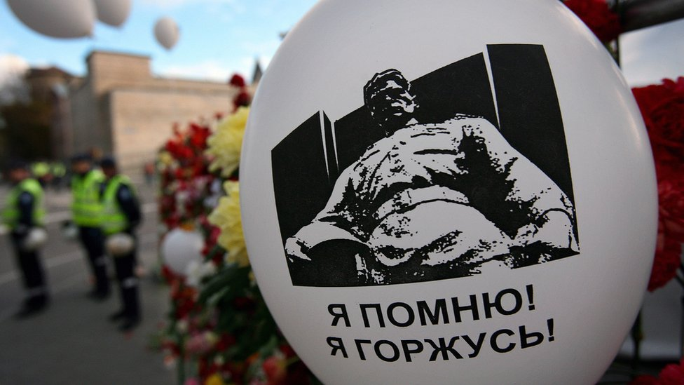 Campaigner's balloon saying 'I remember! I am proud' by Tallinn's Soviet war memorial