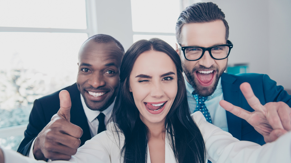 Tres amigos tomándose un selfie