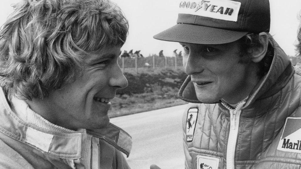 Lauda (desno) i njegov rival, britanski vozač Džejms Hant, 1974. godne