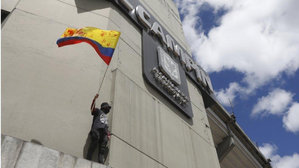 Manifestante en el estadio de El Campín de Bogotá.