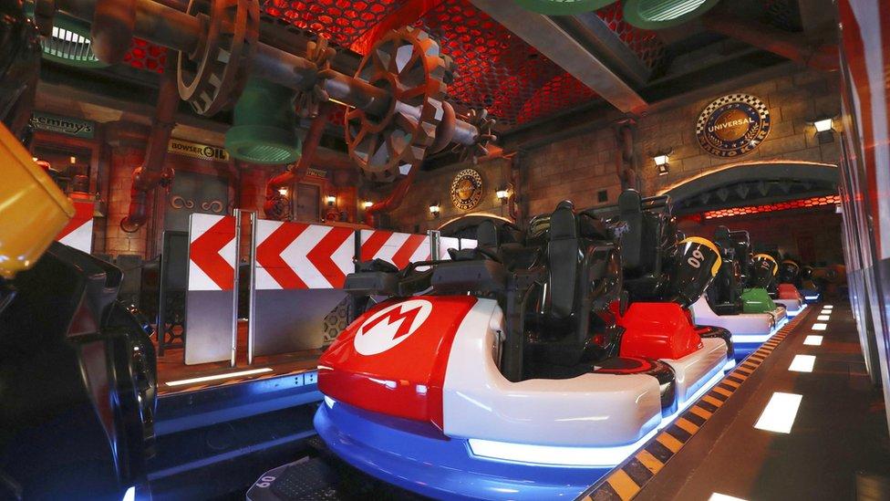Estación de Mario Kart: un área de embarque similar a una montaña rusa con los carros inspirados en los go-karts de Mario Kart