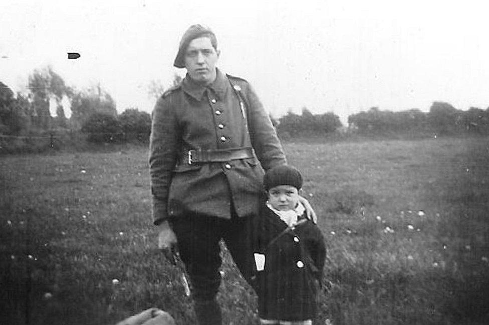 Marcel con un combatiente de la Resistencia.
