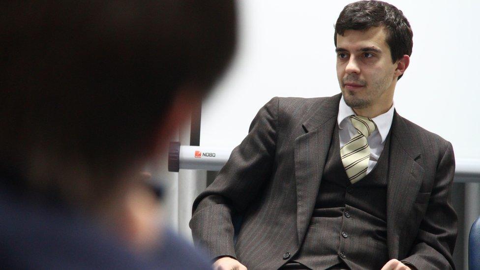 Главреда The Insider Романа Доброхотова повезли на допрос после обыска