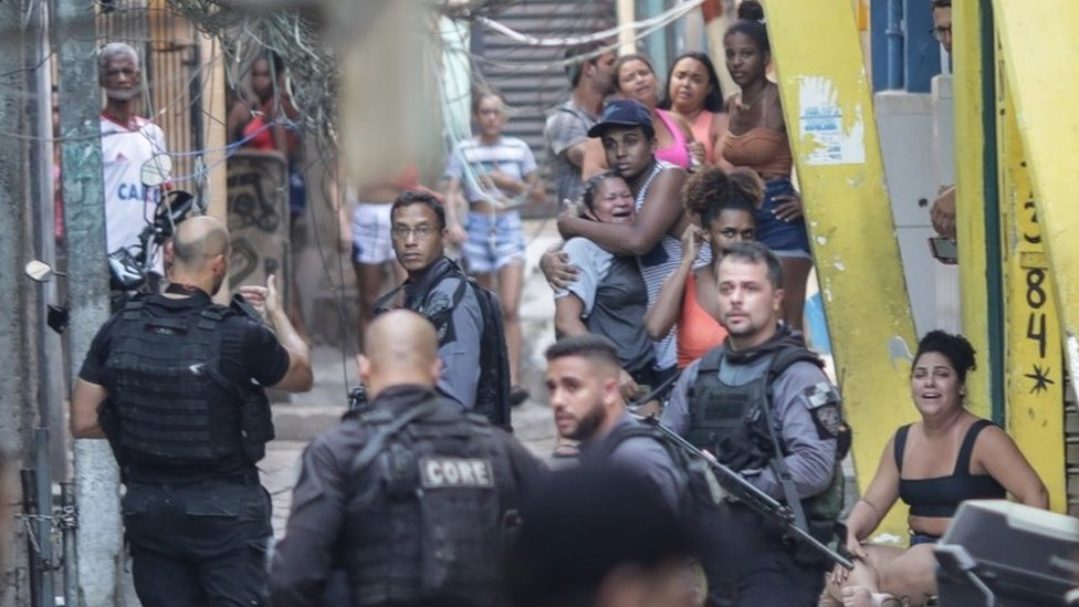 Policías en un operativo en Jacarezinho