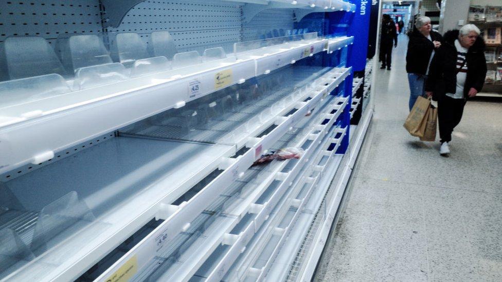 Estanterías vacías en los supermercados.