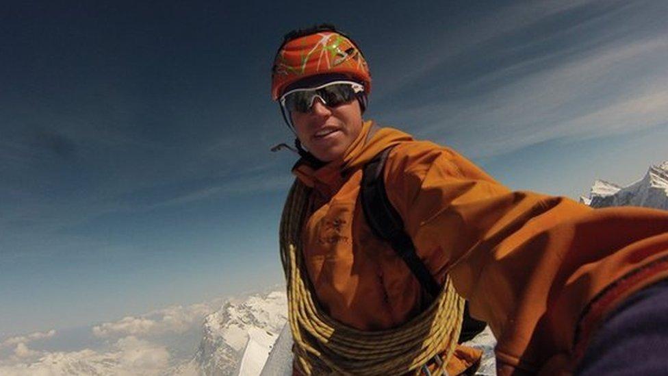 """Tom Ballard se encuentra desaparecido desde hace más de una semana en el Nanga Parbat, la conocida como """"montaña asesina"""" del Himalaya."""