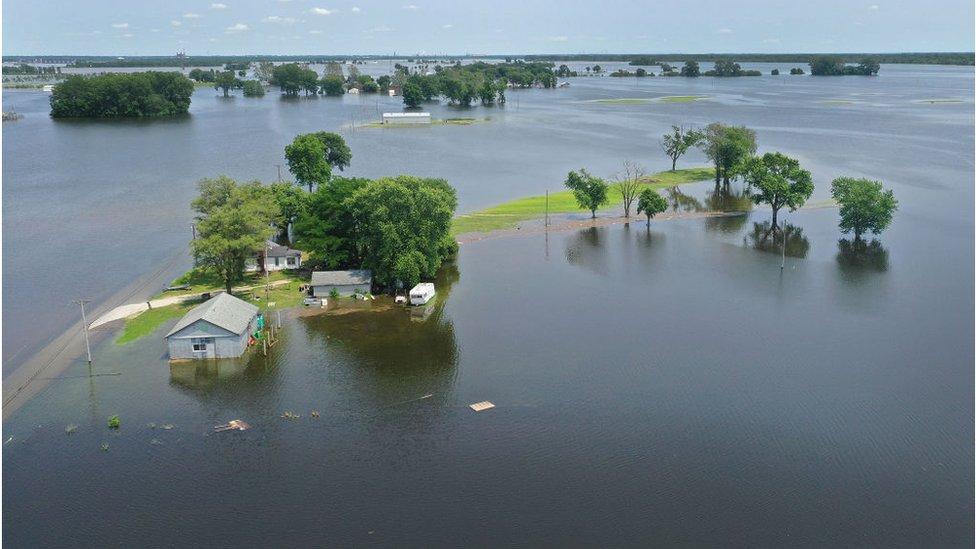Los altos niveles de agua del Mississippi rodean una casa en Missouri