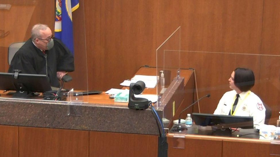 El juez Peter Cahill habla con la testigo Genevieve Hansen