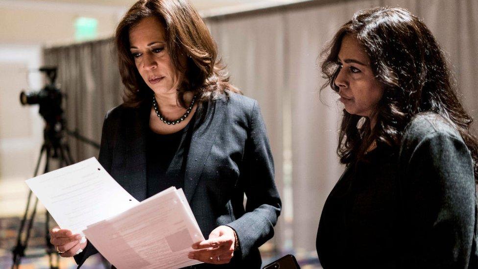 美國民主黨參議員卡瑪拉·哈里斯(賀錦麗;左)和妹妹瑪雅·哈里斯(右) 在拉斯維加斯一場演講活動會場外凖備(1/3/2019)