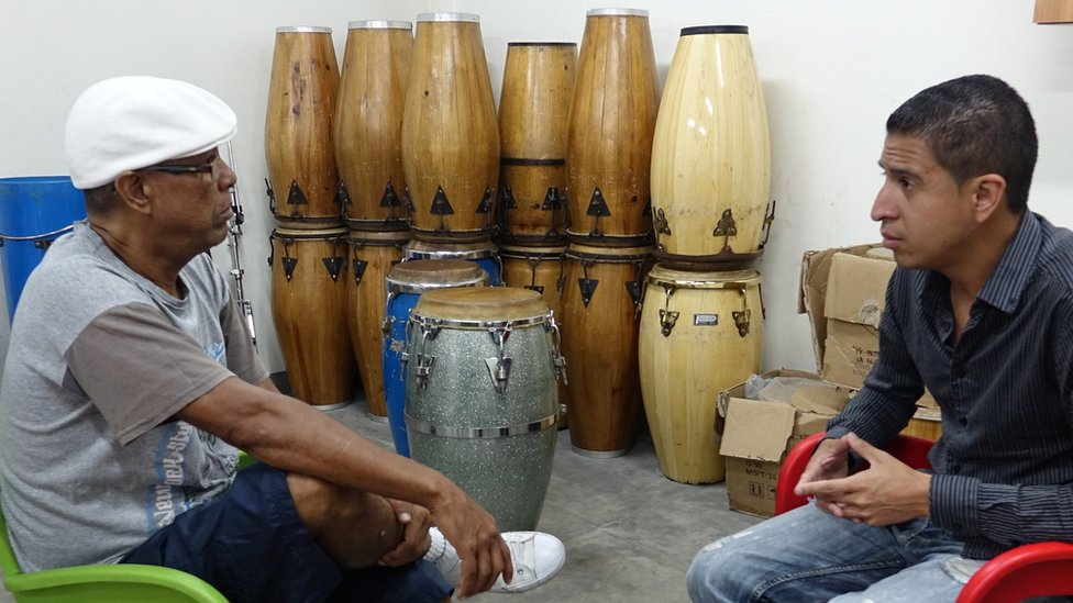 Guapachá and Leandro Buzón in discussion in their percussion workshop