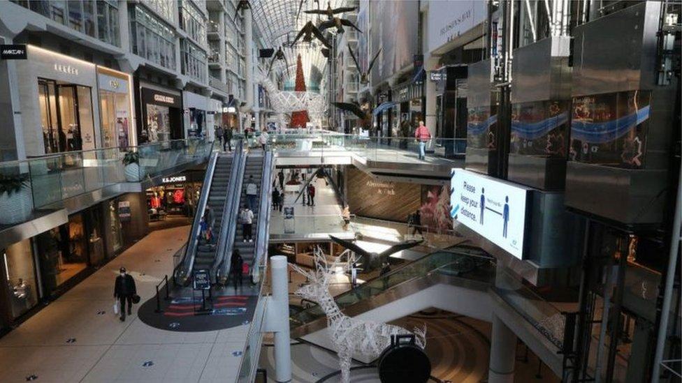 يتجول المتسوقون في مركز إيتون التجاري، في تورونتو، كندا
