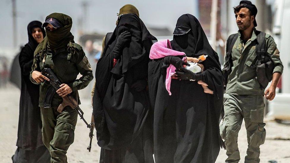 زوجات وأطفال عناصر التنظيم في احد المخيمات في سوريا (صورة ارشيفية)