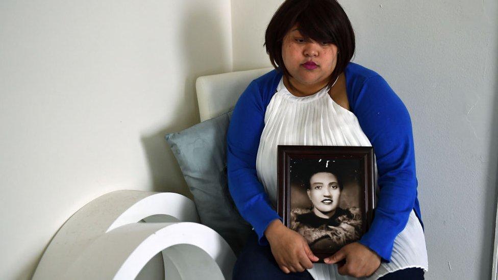 Descenciente de Lacks sosteniendo una foto suya.