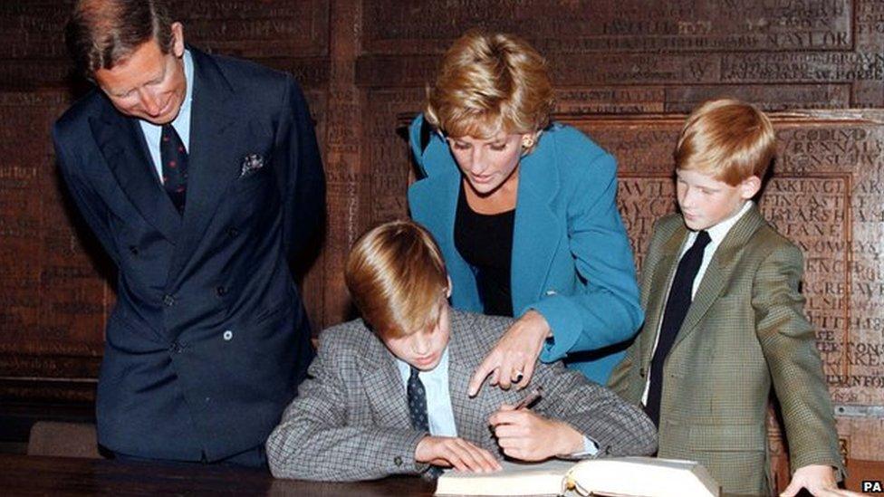 El príncipe Carlos, Diana y Harry miran cómo William firma el libro de ingreso a la escuela Eton en septiembre de 1995.