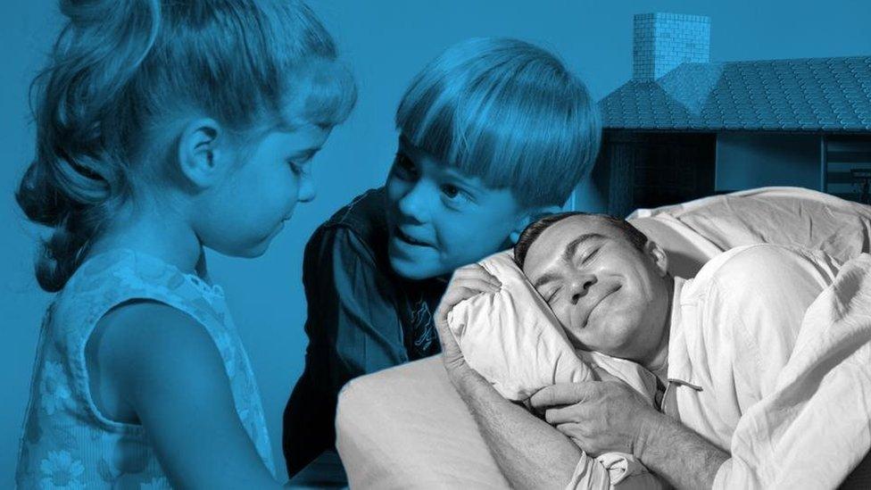 Hombre durmiendo e imagen antigua con su hermana mayor.