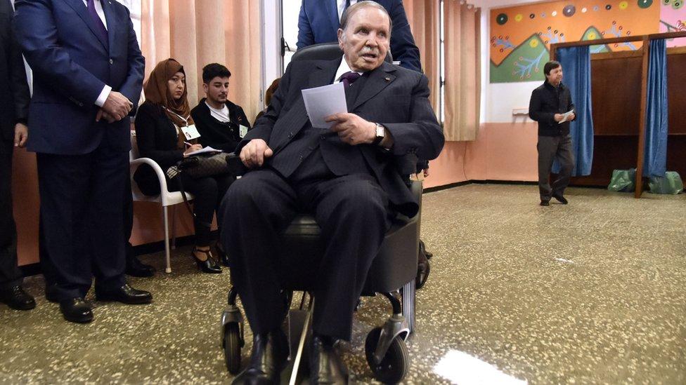 بوتفليقة أثناء الإدلاء بصوته في الانتخابات المحلية عام 2017