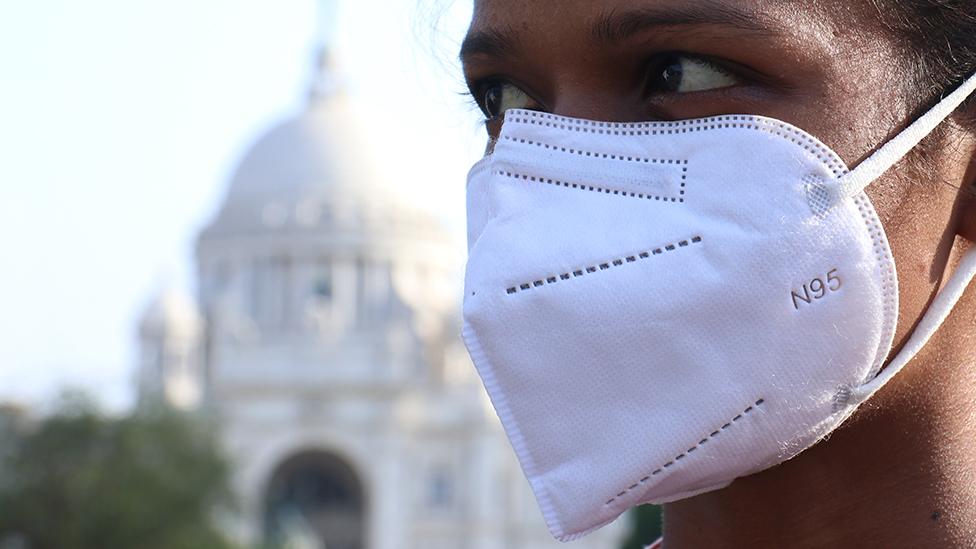 امرأة ترتدي قناع الوجه - كالكتا، الهند