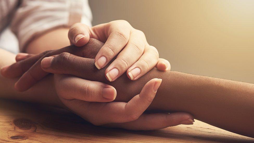 أيدي متشابكة
