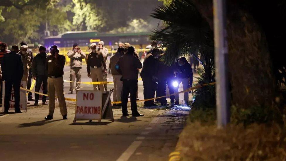 الشرطة تفحص موقع الانفجار
