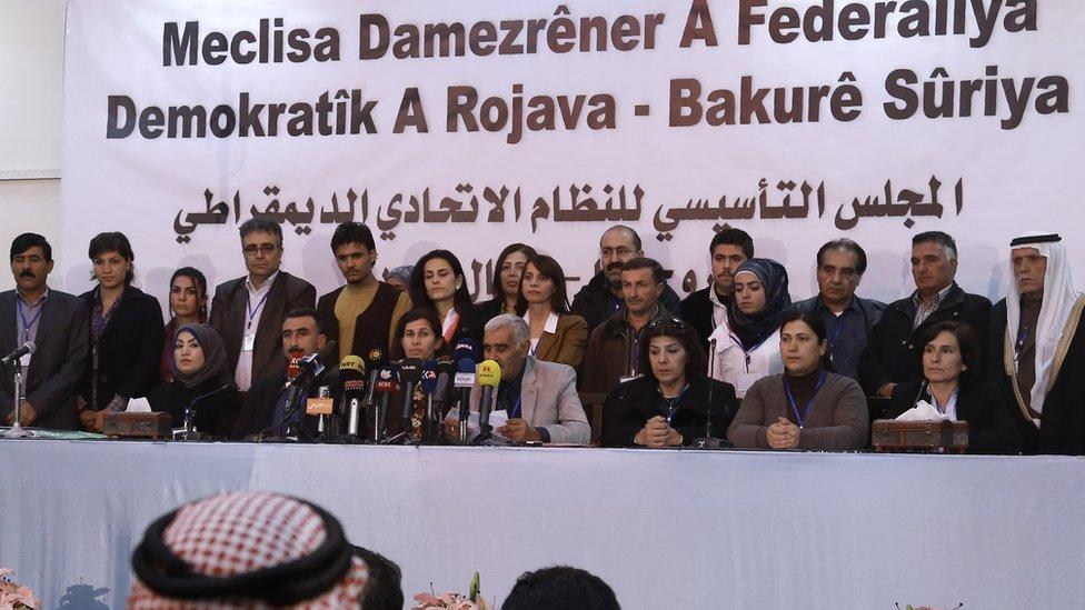 2016年3月17日,敘利亞北方庫爾德人控制區幾個黨派的代表開會,宣佈建立聯邦政治系統