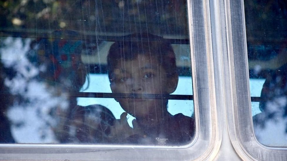 Niño migrante cerca del centro de detención de McAllen, Texas