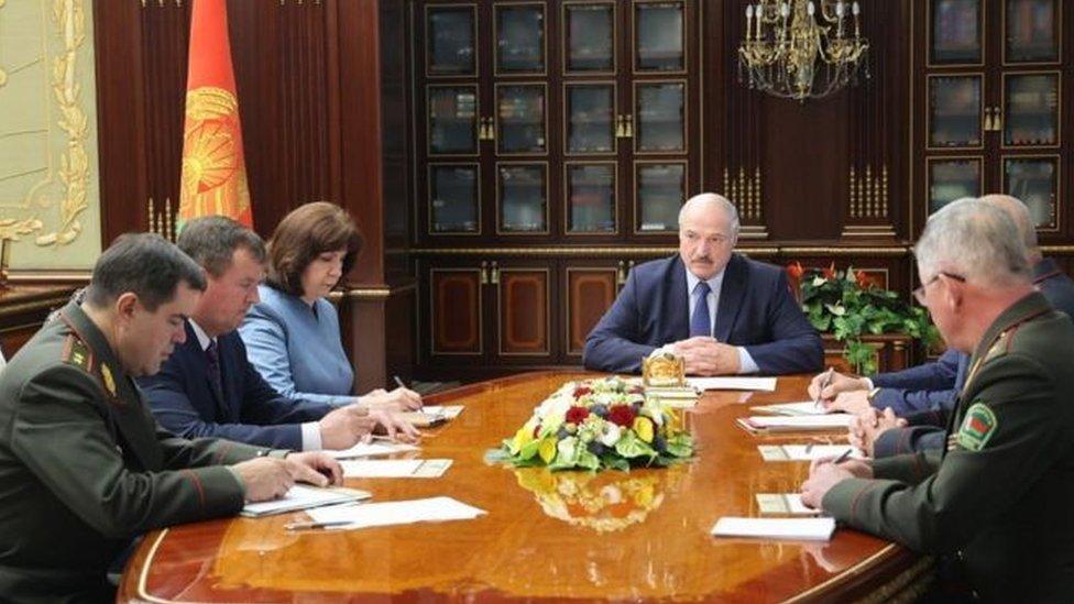 ترأس الرئيس لوكاشينكو (وسط) اجتماعاً أمنياً عاجلاً