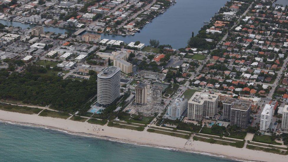 Vista del edificio derrumbado desde el mar