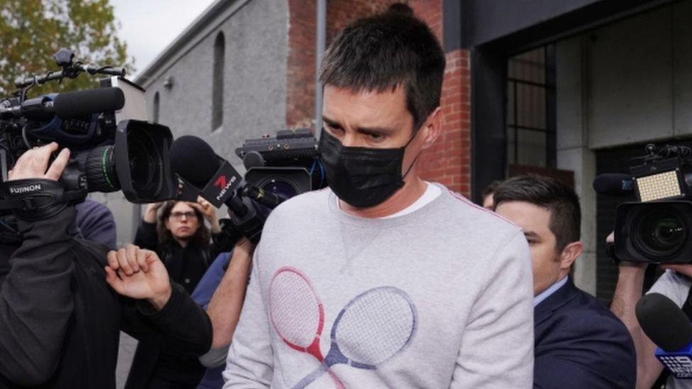 المدان أثناء خروجه من إحدى جلسات المحكمة