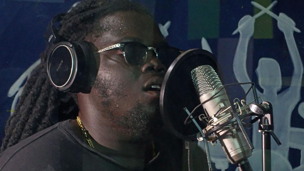Kwame Fosuhene en un estudio de grabación.