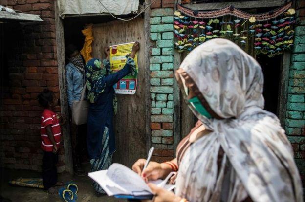 العمال في مجال الصحة في قرية هندية
