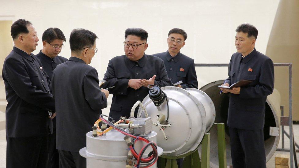 Pemimpin Korea Utara Kim Jong-un sedang memberi arahan terkait rencana pengembangan nuklir.