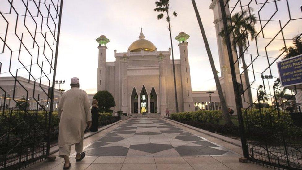 Un musulmán camina hacia la mezquita en Bandar Seri Begawan.