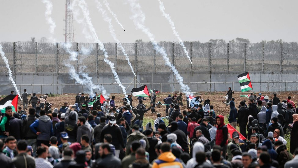 قنابل غاز تُلقى باتجاه متظاهرين فلسطينيين