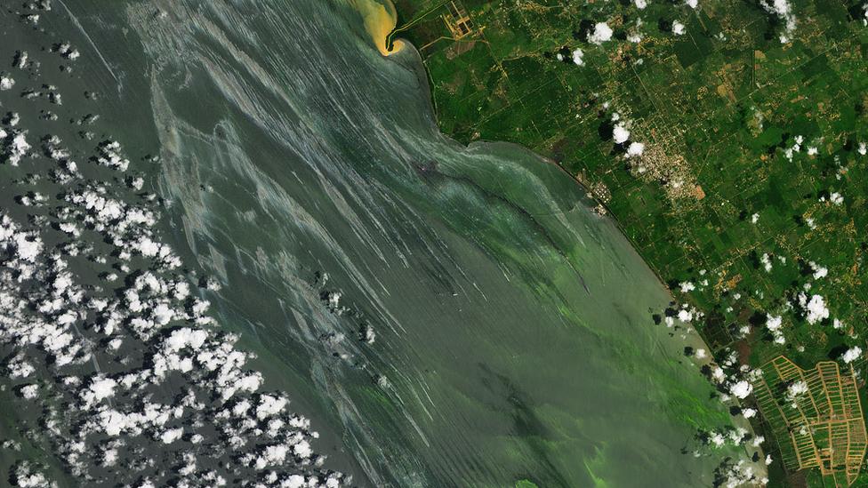 En las imagenes difundidas por la nasa se pueden observar manchas de petróleo.