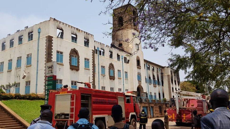 Cena na Makerere University após o incêndio, Kampala, Uganda - 18 de setembro de 2020
