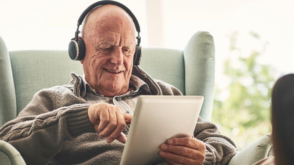 Escuchando música del iPad.