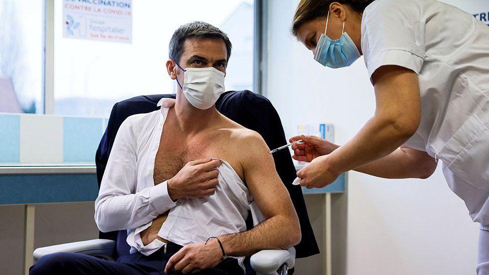Fransa Sağlık Bakanı Olivier Veran da AstraZeneca aşısı oldu