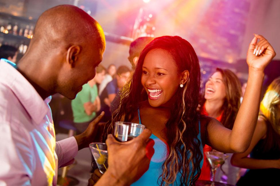 Pareja bailando en una discoteca.