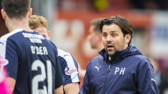 Paul Hartley speaks to Dundee defender Darren O'Dea