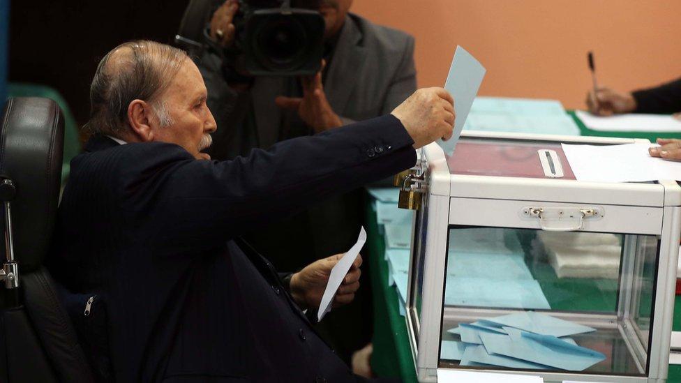 الرئيس الجزائري عبد العزيز بوتفليقة أثناء التصويت في الانتخابات المحلية لعام 2017