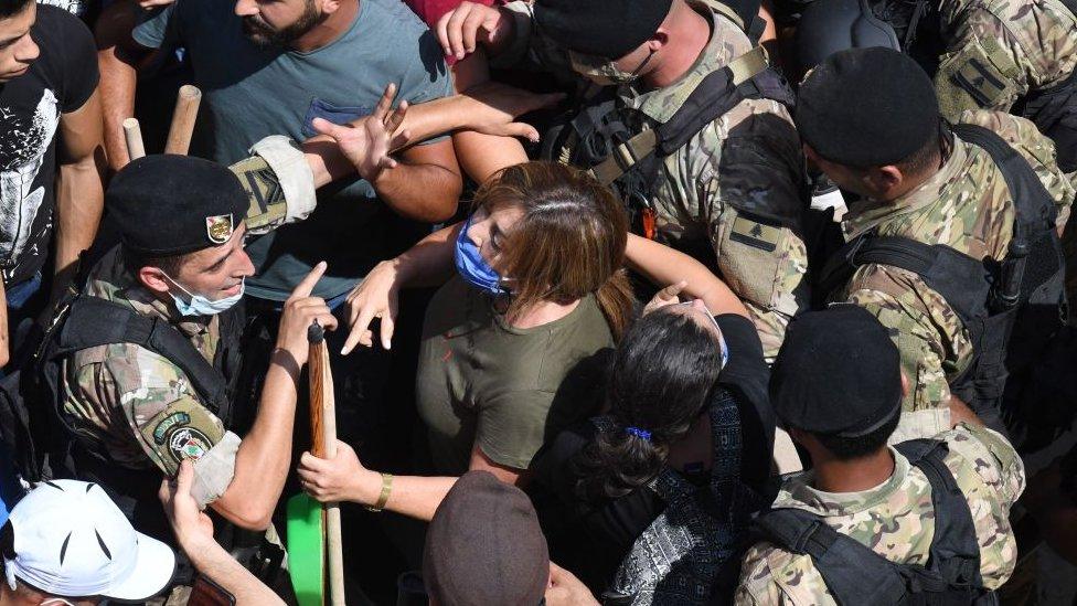 Protestantes frente a las fuerzas de seguridad.