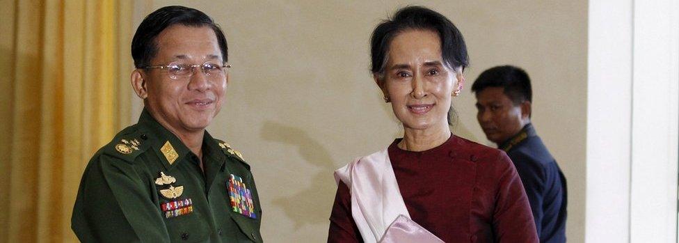 Su Ći sa glavnim komandantom vojske Min Aung Hlaingom 2015. godine
