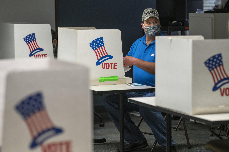 Hombre votando en EE.UU.