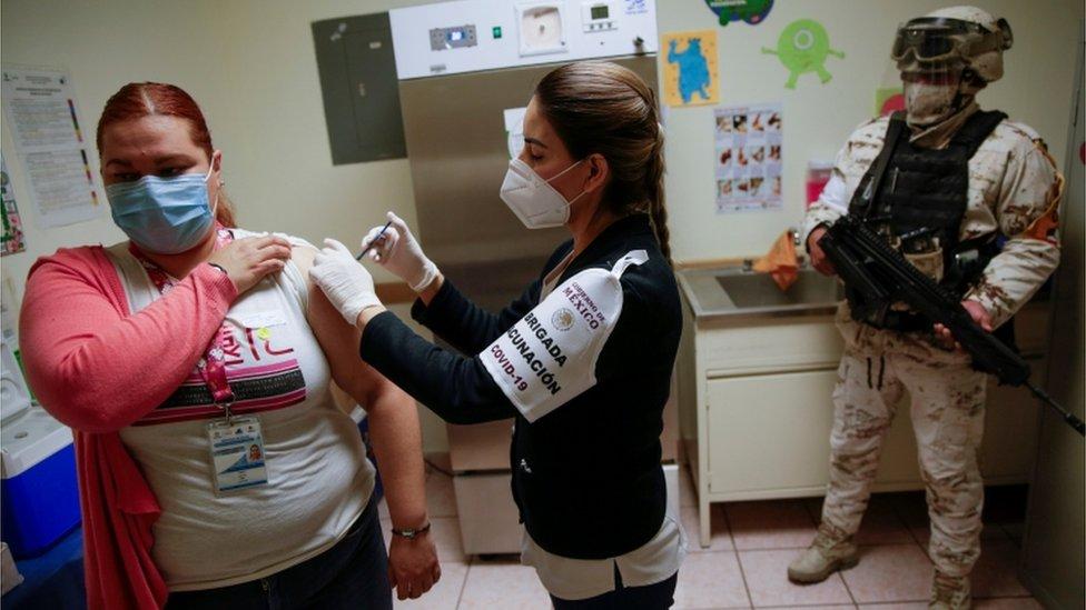 Una profesional de la salud recibe la vacuna en un hospital de Ciudad Juárez, México.